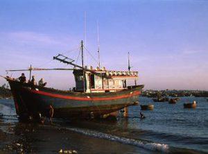 Mui_Ne_Strand_mit_Fischerboot_02-340x252