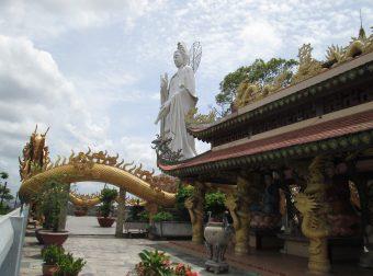 Ảnh-1-–-Khuôn-viên-chùa-với-nhiều-tượng-Phật-Bồ-tát-uy-nghi-340x252